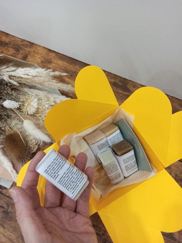 Conçut avec des huiles végétales françaises et de qualités, LE BAUME à l'odeur délicate d'amandon de prune et de cire d'abeille, s'adapte à toutes les peaux et à toute la famille.